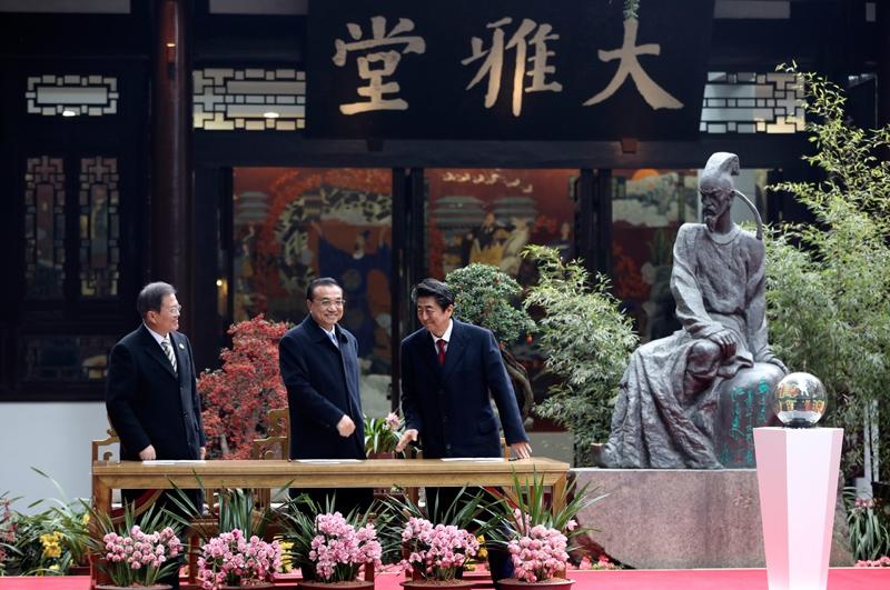 李克强与韩国总统文在寅、日本首相安倍晋三共同出席中日韩合作2